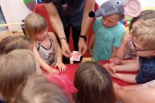 Kouzelník Čáry Kluk a dětské karetní kouzlo