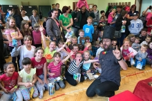 Kouzelník pro děti Čáry Kluk a děti na představení