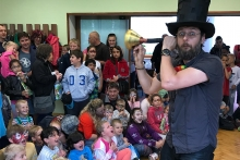 Kouzelník Čáry Kluk naslouchá dětěm na představení
