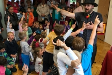 Kouzelník v obležení  dětmi