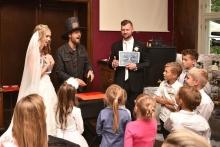 Kouzelník na svatbě s dětmi   ČÁRY KLUK