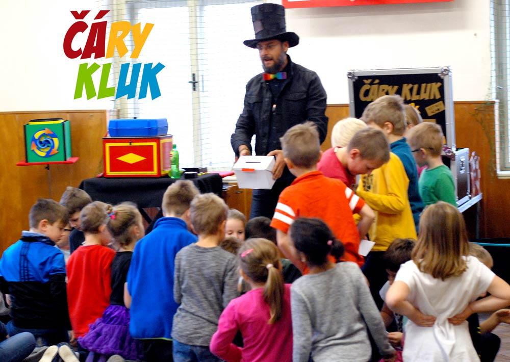 Kouzelník ve škole U školy