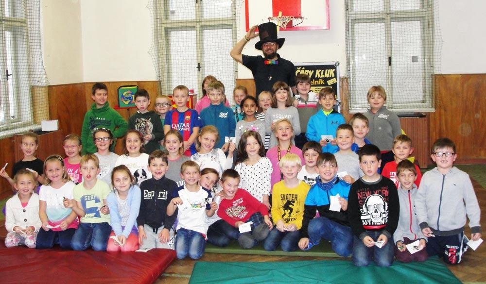 Kouzelník a děti ve škole