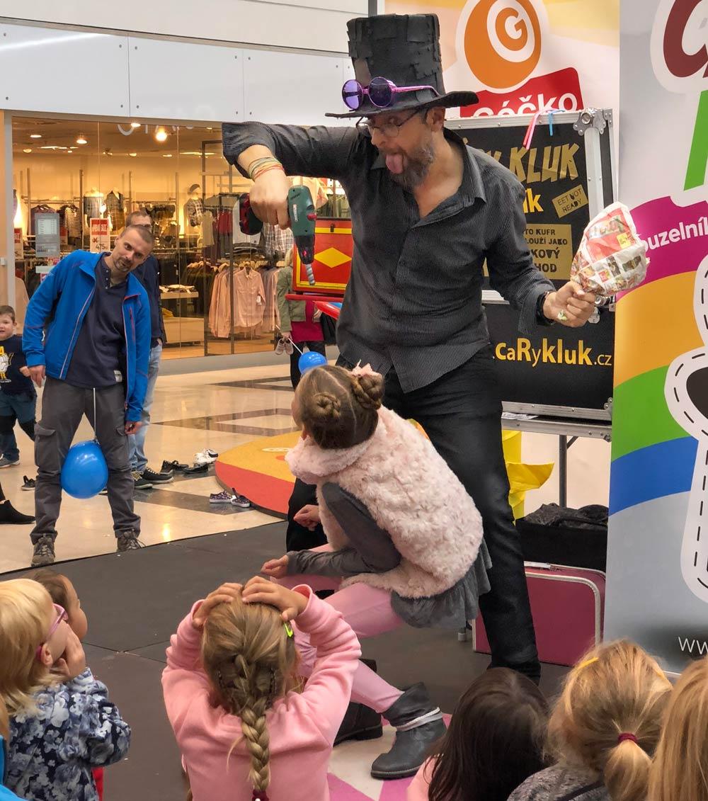 Kouzelník a diváci v Globusu