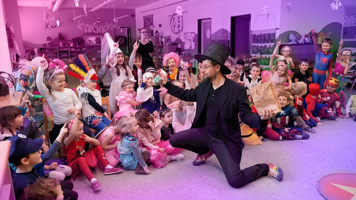 Kouzelník na oslavě pro děti ve školce