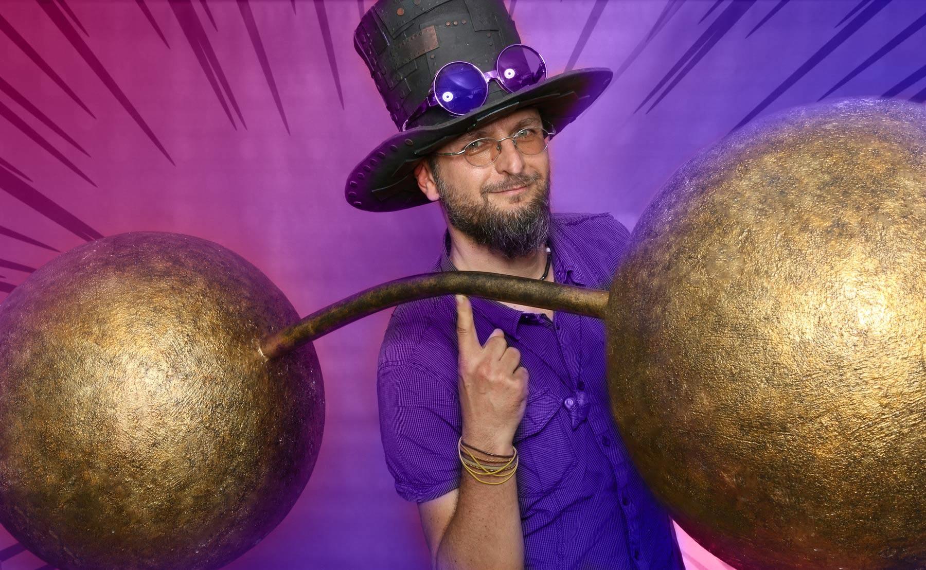Kouzelník nese na jednom prstu činku | Čáry Kluk