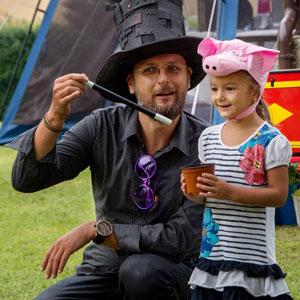 Kouzelník pro děti a prasátko | Čáry Klukova asistentka
